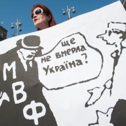В Украине уменьшился размер средней зарплаты в гривне, а в у.е. зарплата вообще упала на 230%