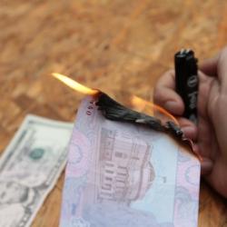 В Донецкой области банк отказывал в обмене переселенцам обгоревших при обстреле купюр