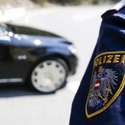 Вооруженный преступник захватил заложника в банке в Австрии