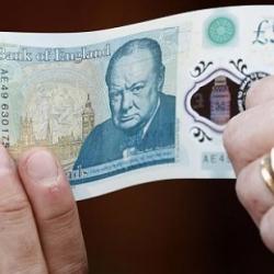 Деньги Банк Англии продолжит выпуск купюр с использованием сала