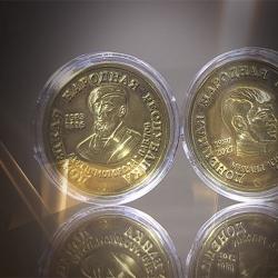 Банк ДНР выпустил памятные монеты с изображением Моторолы и Гиви
