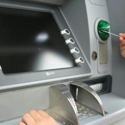 Какие комиссии берут чешские банки за снятие денег из банкоматов за границей?