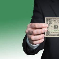 Доллар продолжает расти, его готовы скупать по любому курсу