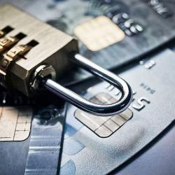 Почему банки блокируют пластиковые карты клиентов?