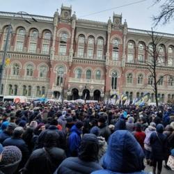 Рабочие заводов Коломойского ворвались в здание НБУ. Их остановила полиция.