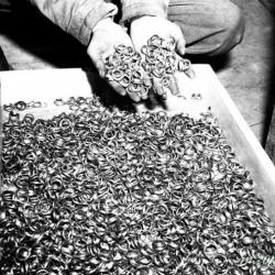 Денежная единица Швейцарии - франк, отлита главным образом, из зубного золота концлагерей