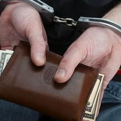 """Чтобы выбить из клиентов долги, """"Приватбанк"""" прибегает к помощи бандитов и подделывает решения суда?!"""