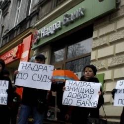 Украинцы скорее потратят крупную сумму денег, чем понесут свои средства в банк.