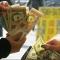 После выходного в США финансисты ожидают дефицита валюты и ее подорожание.
