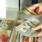 Россияне массово забирают долларовые вклады из банков